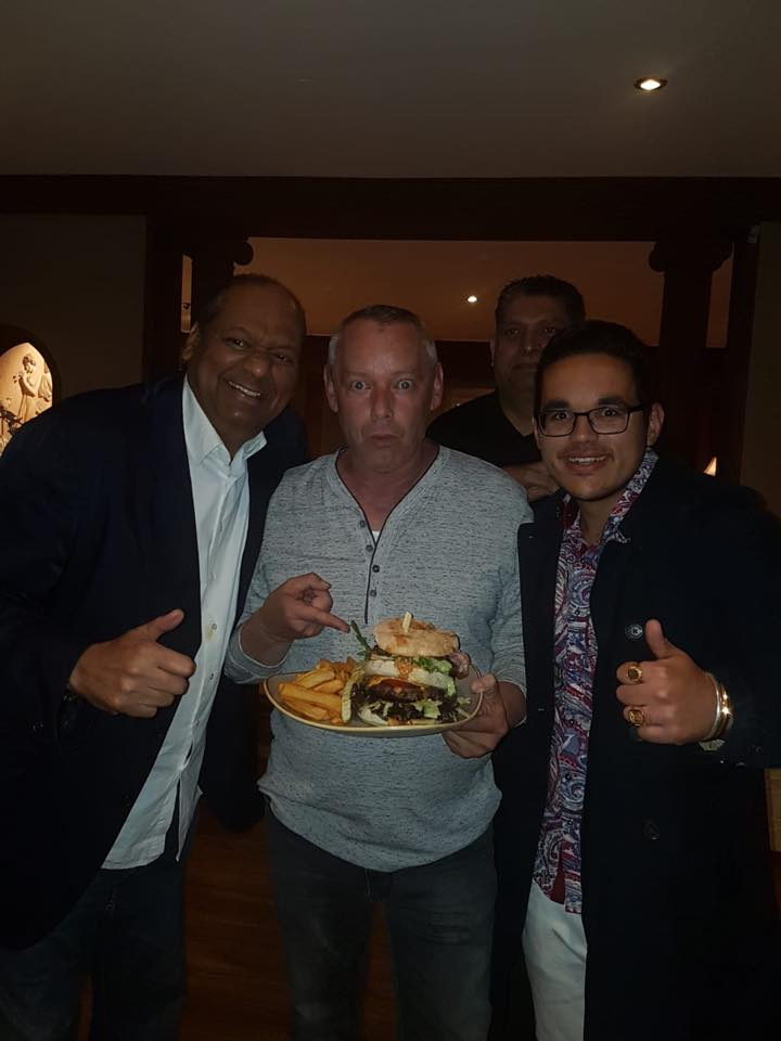 Mike Washington und Harry Schulz testen den Monster Burger